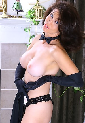XXX Mature Gloves Porn Pictures