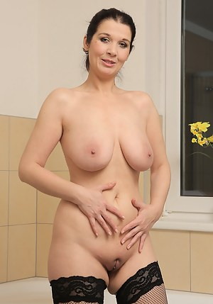 XXX Mature Shaved Pussy Porn Pictures